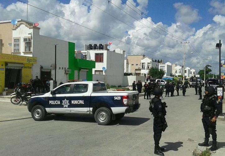 Al lugar llegaron más de 50 elementos policíacos. (Redacción/SIPSE)