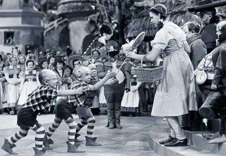 Algunos de los enanos llamados 'munchkins' acosaban sexualmente a Judy Garland durante la filmación de El Mago de Oz, de 1939.