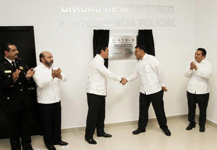 El secretario de Gobernación, Miguel Osorio Chong, y el gobernador de Yucatán, Rolando Zapata Bello, pusieron en marcha el nuevo sistema penal. La imagen es de la inauguración de la Unidad de Monitoreo e Inteligencia Policial. (Notimex)