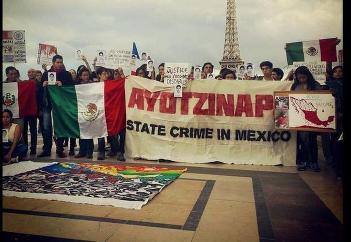 El caso de los normalistas desaparecidos provocó que un grupo de personas realizaran una protestas en París.  (twitter.com/AnonymousMex_)