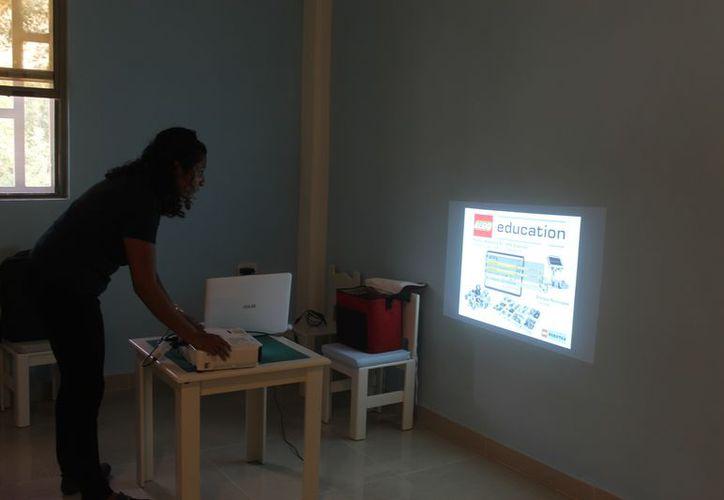 La instructora Roxana Encalada May dio una explicación sobre este taller. (Sara Cauich/SIPSE)