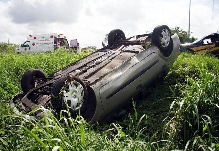 El automóvil Platina de Ricardo Becerra acabó muy dañado en la carretera Mérida-Progreso. (Milenio Novedades)
