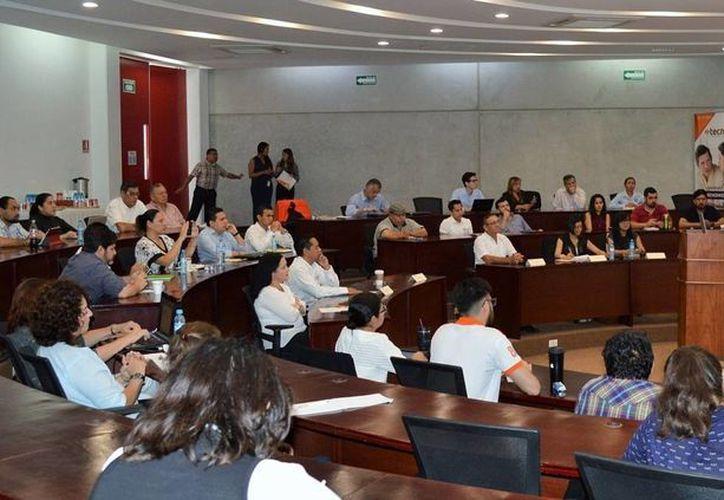 Un funcionario del IMPI impartió una charla sobre un Sistema de Oposición para evitar el plagio de marcas, en el Parque Científico de la Universidad Anáhuac. (Foto cortesía del Gobierno Estatal)
