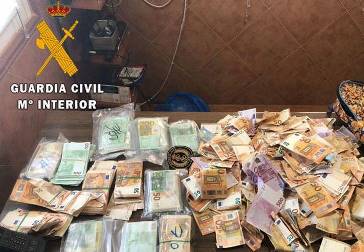 La Guardia Civil Española decomisó cerca de 250 mil euros que fueron abandonados en una carretera de Toledo. (Guardia Civil Española)