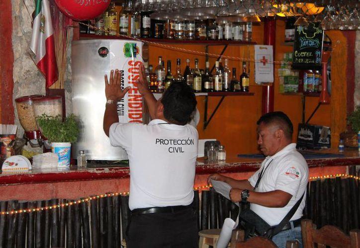 Personal de Protección Civil colocó sellos en el establecimiento, cuyo propietario deberá corrregir los desperfectos. (Rossy López/SIPSE)