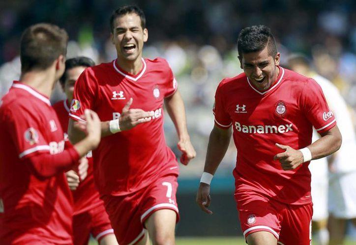 Diablos rojos no tuvo mucho problema para derrotar 2-0 a Pumas de la UNAM, llegando así a siete unidades con diferencia de +3. (Notimex)