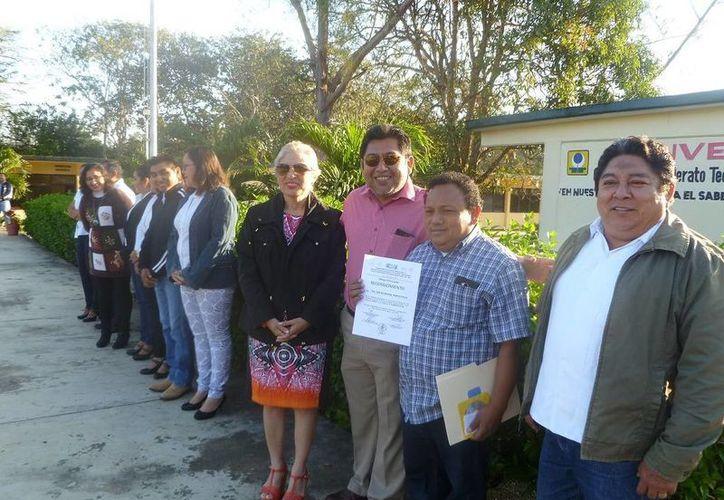 Se realizó la entrega de los reconocimientos después de un acto cívico. (Raúl Balam/SIPSE)