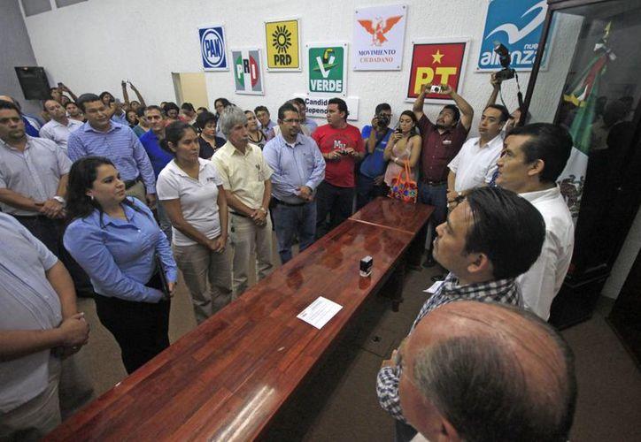 Representantes de los partidos y consejeros del Ieqroo en la entrega de la documentación para formalizar la intención de alianza. (Jorge Carrillo/SIPSE)