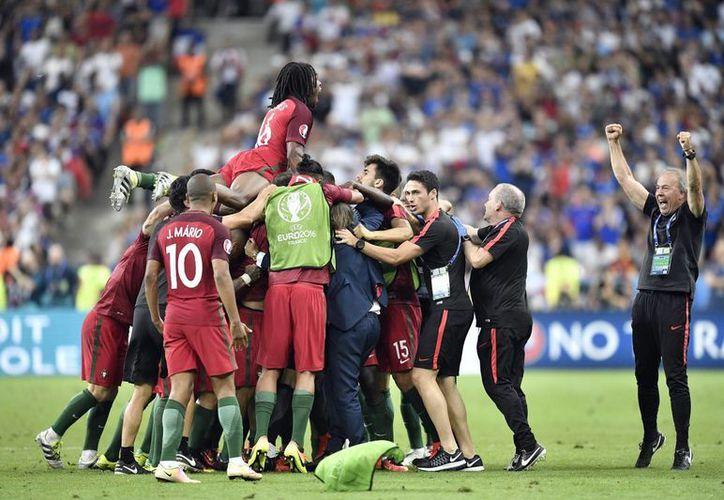 Portugal es campeona de Europa tras derrotar 1-0 a Francia en tiempos extras. (AP)
