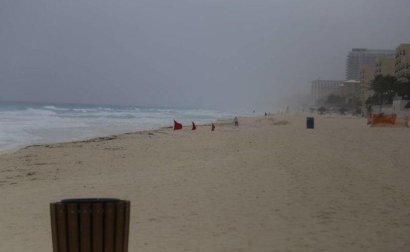 A consecuencia de las lluvias las diversas playas del destino lucieron vacías. (Israel Leal/SIPSE)