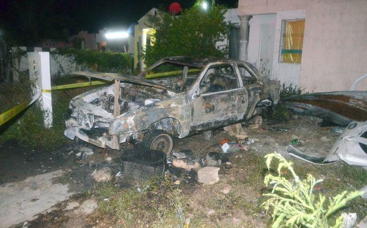 En la colonia Reparto Granjas, en Mérida, un hombre le prendió fuego al auto de su vecino. Se desconocen las razones. (Carlos Navarrete/SIPSE)