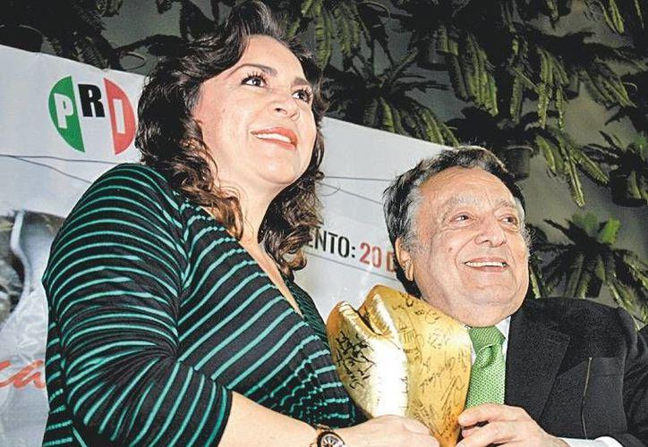 La secretaria general del PRI, Ivonne Ortega Pacheco, con el titular el Consejo Mundial de Boxeo, José Sulaimán. (Milenio)