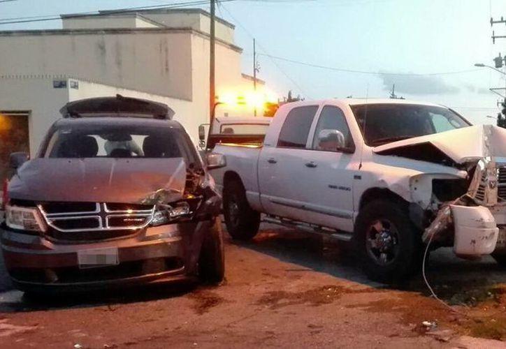 Una camioneta Ram 2500 y una Journey impactaron en calles de la colonia México. (Milenio Novedades)