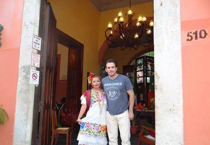 Matt Dillon aparece con una edecán a las puertas del restaurante Chaya Maya, en Yucatán.