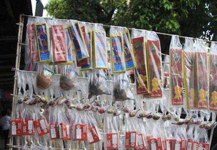 Diferentes artefactos explosivos son decomisados debido a que su venta es ilegal. (Harold Alcocer/SIPSE)