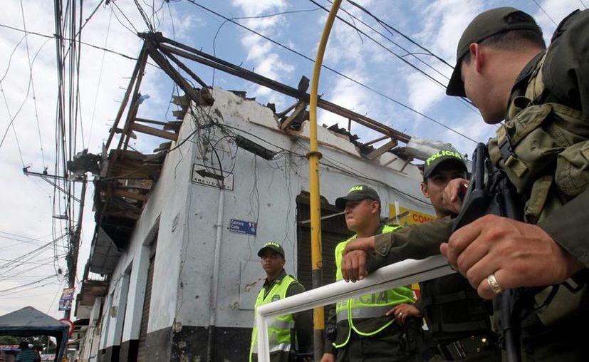 La explosión de un artefacto dejó 3 indigentes muertos en Medellín, al norte de Colombia. En la imagen, miembros de la policía colombiana custodian un lugar afectado por una explosión. (EFE/Archivo)