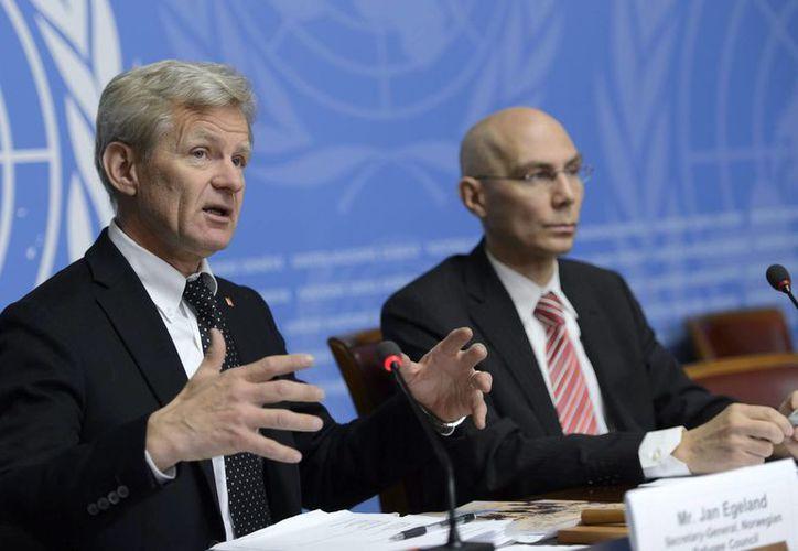 El secretario general del Consejo Noruego para Refugiados (CNR), Jan Egeland (i), junto al jefe adjunto del Alto Comisionado de las Naciones Unidas para los Refugiados (ACNUR), Volker Turk, durante una rueda de prensa para presentar las estadísticas del Observatorio de Desplazamiento Interno del CNR en la sede Europea de las Naciones Unidas. (EFE)