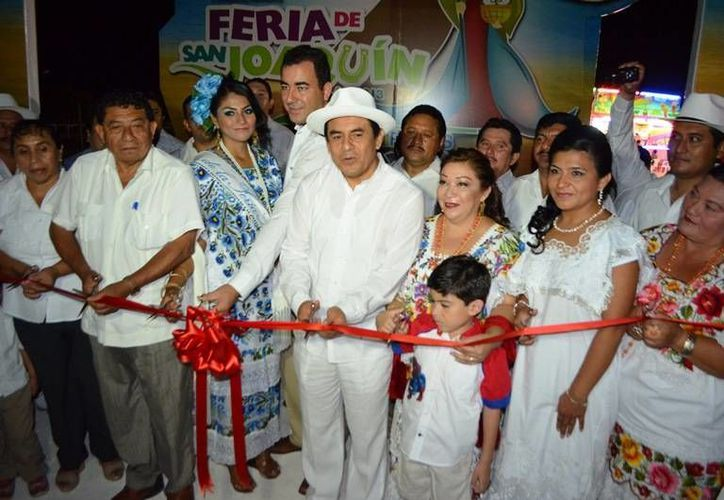 El presidente Francisco Flota Medrano y su esposa Ileana Cervera de Flota, encabezaron el protocolo de inauguración. (Carlos Horta/SIPSE)