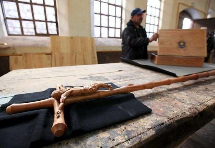 El báculo de madera elaborado por internos para el Papa Francisco, en un penal de Chihuahua. (Foto: Reuters en lajornada.unam.mx)