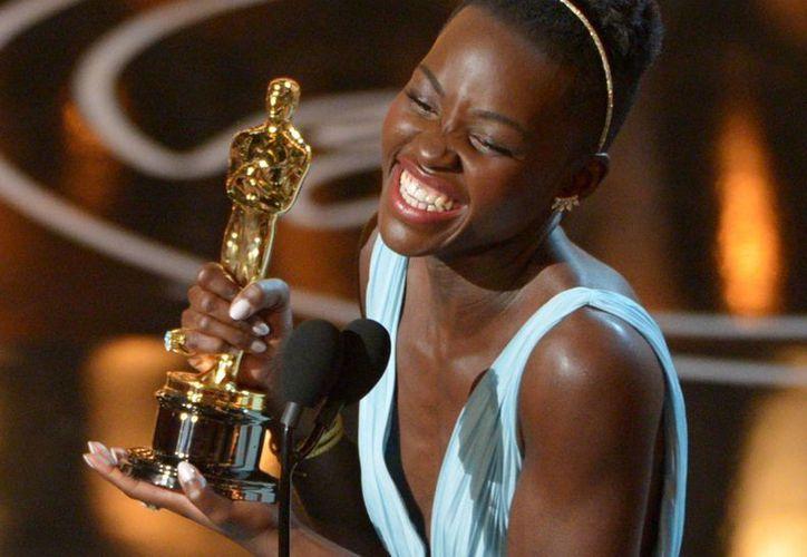 """Este lunes Lupita Nyong'o fue el tema en radio y televisión keniana, un día después de que se alzara con la estatuilla a la mejor actriz de reparto por """"12 Years A Slave"""". (Agencias)"""