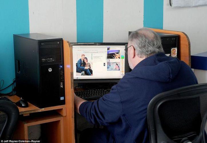 Thomas Markle, de 73 años, navegó 20 minutos en internet, viendo fotografías de Harry y Meghan. (Daily Mail)
