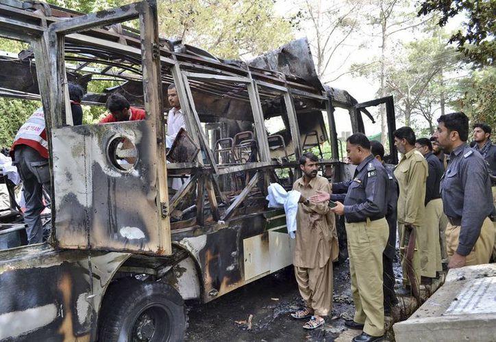 Tras el atentado a personas en este autobús, se registró otro en un hospital, en ambos casos en Quetta. (Agencias)