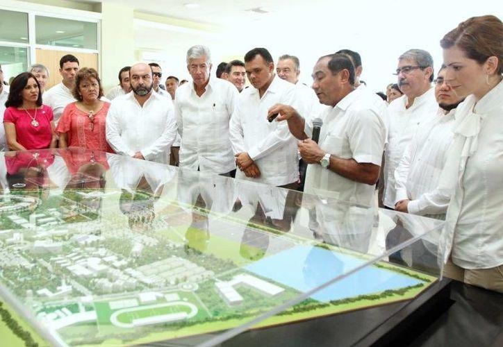 Ayer, el Gobernador del Estado y el titular de la SCT, Gerardo Ruiz, pusieron en funcionamiento la red de conexión a Internet en las instalaciones del Parque Científico y Tecnológico de Yucatán. (Cortesía)