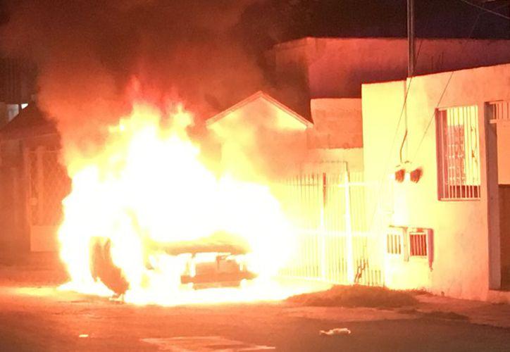 Los bomberos lograron apagar el fuego, sin embargo, las llamas terminaron con el auto. (Foto: Redacción/SIPSE).
