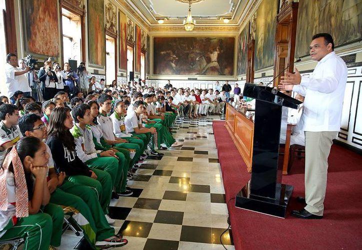 El Gobernador de Yucatán, Rolando Zapata, durante la firma para dar pie a la creación del FARD en beneficio del deporte estatal. (Milenio Novedades)