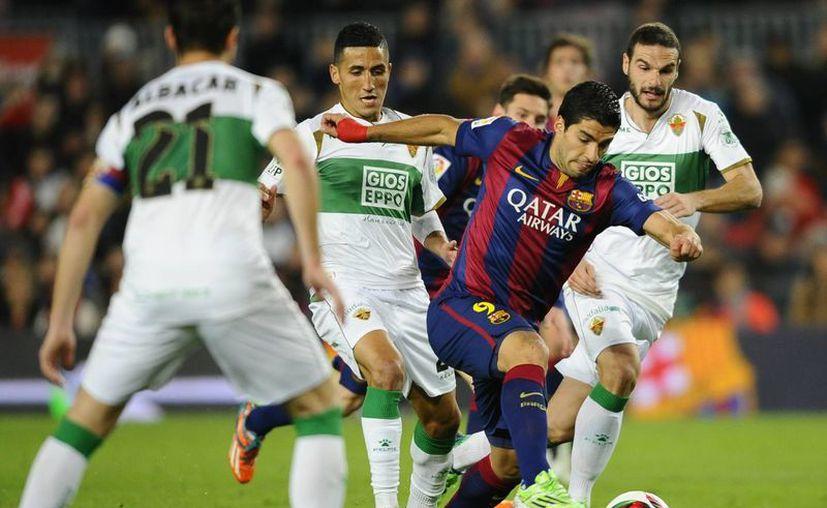 Poco a poco Luis Suárez se adapta al Barcelona. Este jueves anotó su cuarto tanto de la campaña ante Elche en Copa del Rey. (Foto: AP)