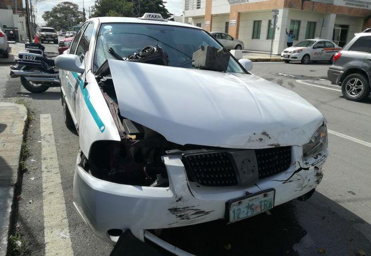 Resultó con severos daños el taxi involucrado en el accidente. (Redacción)