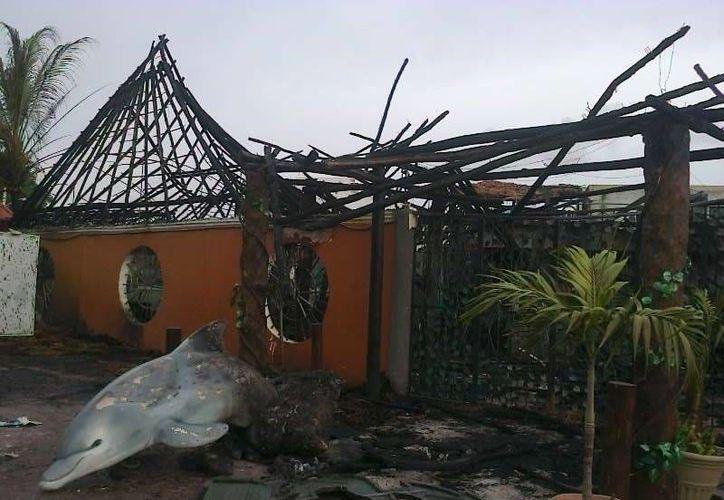 El restaurante quedó consumidor por el fuego. (Redacción/SIPSE)