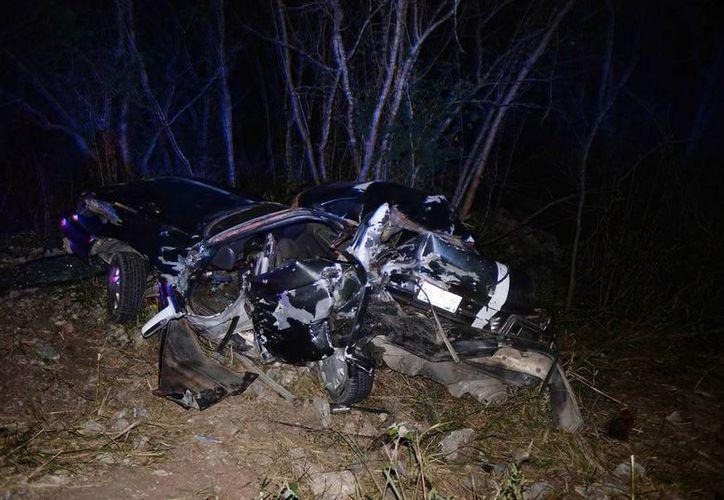 El Tsuru quedó completamente desbaratado. El accidente sucedió en   en el tramo Tixkokob-Euán, alrededor de las 21:30 horas de ayer. (Milenio Novedades)