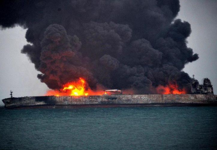 Tras la colisión se desató un fuego en el petrolero que ha estado activo durante horas. (Foto: La Estrella de Panamá)