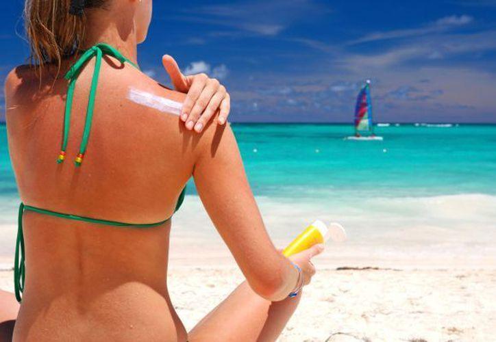 Ya sea en nieve o playa, utiliza el protector solar con factor de protección más alto. (Hogarmania).