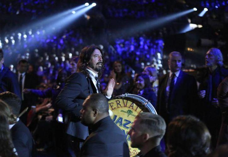 Dave Grohl, vocalista del grupo Foo Fighters, quien en esta foto aparece durante la reciente entrega de premios Grammy, ofrecerá un show en la ceremonia de los premios Oscar este 28 de febrero. (AP)