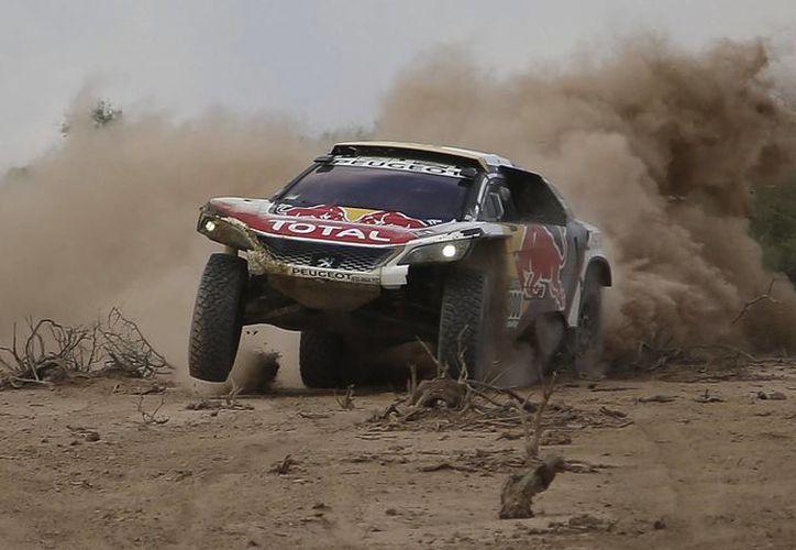 El piloto francés Stephane Peterhansel demostró una vez más este viernes porque es uno de los históricos del Rally Dakar, que ya casi gana de nuevo. (AP)