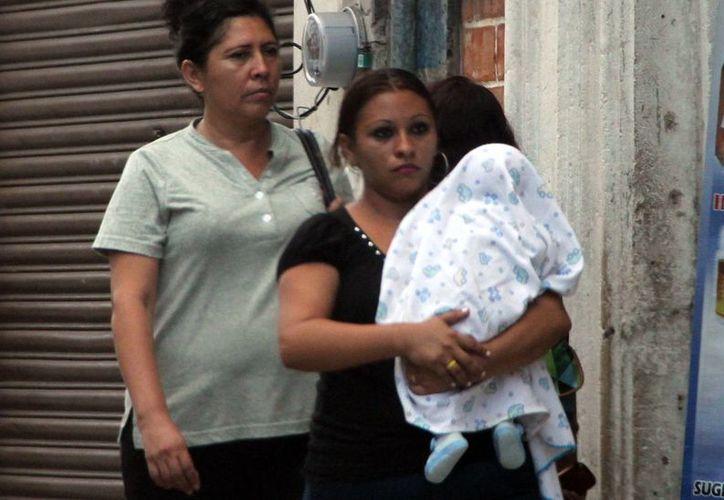 Los niños menores de cinco años, los más afectados por las enfermedades diarreicas. En la imagen, una mujer carga a su bebé. (Milenio Novedades)