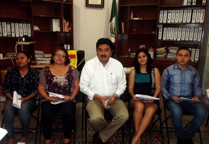 El alcalde de Motul, Julián Pech Aguilar (centro), acompañado de funcionarios municipales. (SIPSE)