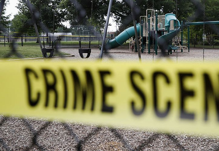 El viernes el adolescente se presentó en su casa y tiroteó a ambos. (RT)