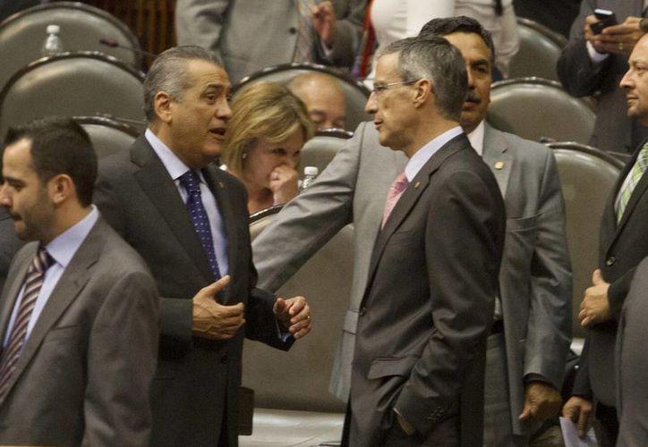 Manlio Fabio Beltrones y José González Morfín dialogan durante una sesión en la Cámara de Diputados. (Archivo/Notimex)