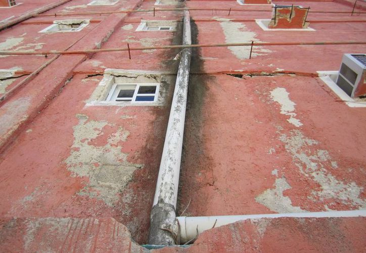 Las instalaciones del hotel presentan anomalías y provoca el derrame de aguas negras. (Lanrry Parra/SIPSE)