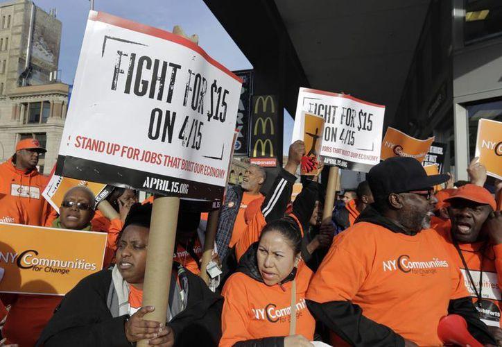 La campaña Fight for $15 representa a trabajadores de bajos ingresos, como empleados domésticos y de limpieza. (AP)
