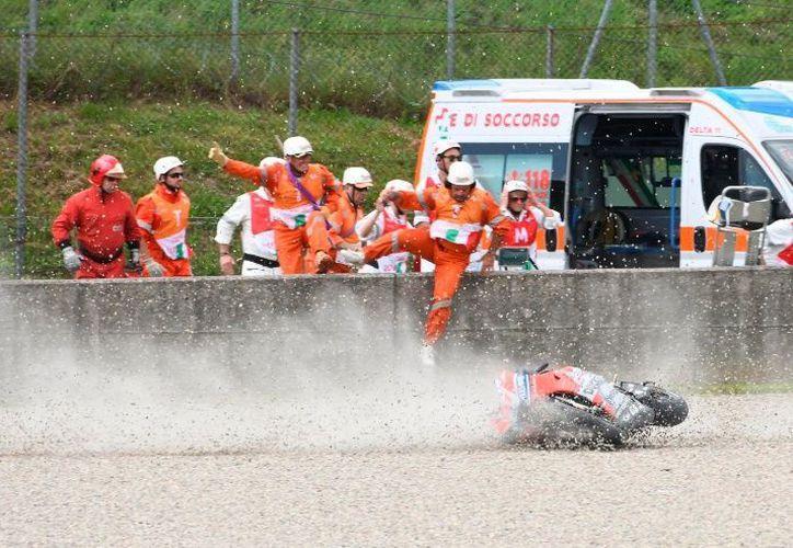 Momento en el que motociclista sale 'disparado' del vehículo. (AP)