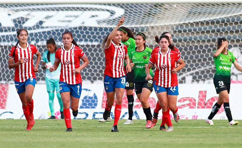 Las jugadoras de las Chivas comenzaron con el pie derecho el torneo, con dos goles de Alicia Cervantes, uno de Michelle González y autogol de Melissa Sosa. (Foto: Mexsport)