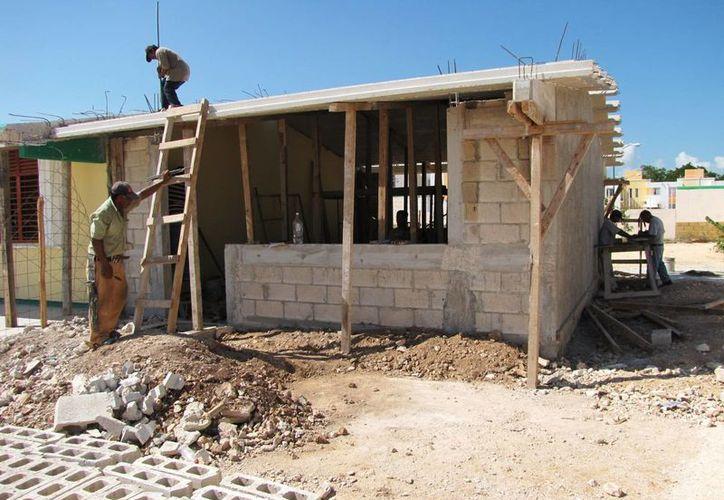 El objetivo es concluir la construcción antes de que arranque el ciclo escolar 2014-2015. (Harold Alcocer/SIPSE)