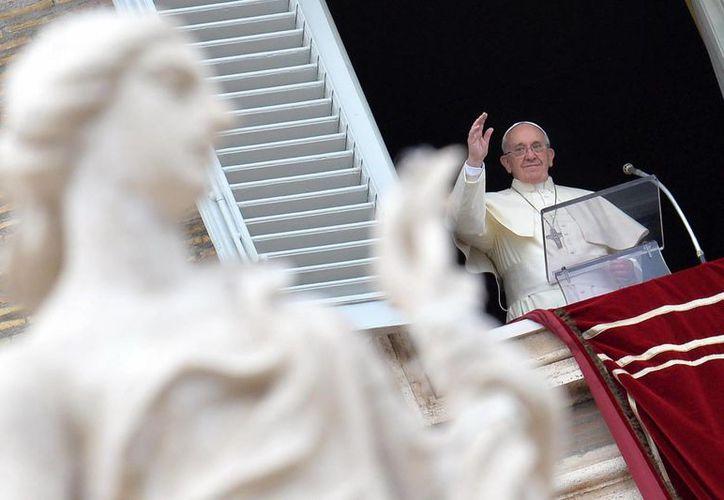 El Papa Francisco saluda a los fieles antes de oficiar el rezo del Ángelus en la Plaza de San Pedro del Vaticano. (EFE)