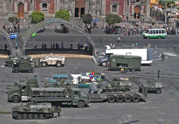 Numerosos vehículos formaron parte de la Exposición sobre la evolución de las Fuerzas Armadas en el zócalo capitalino. (Notimex/Archivo)