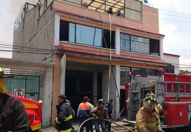 Bomberos trabajan en el inmueble donde ocurrió el incendio, en la calle Moctezuma con avenida Azteca, en la colonia Ajusco. (www.excelsior.com)