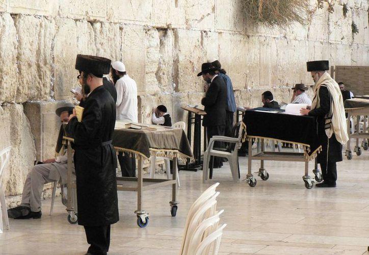 Grupos judíos han expresado indignación ante una resolución de la agencia cultural de la ONU que pone la plaza del Muro de los Lamentos entre comillas.(gomadnomad.com)